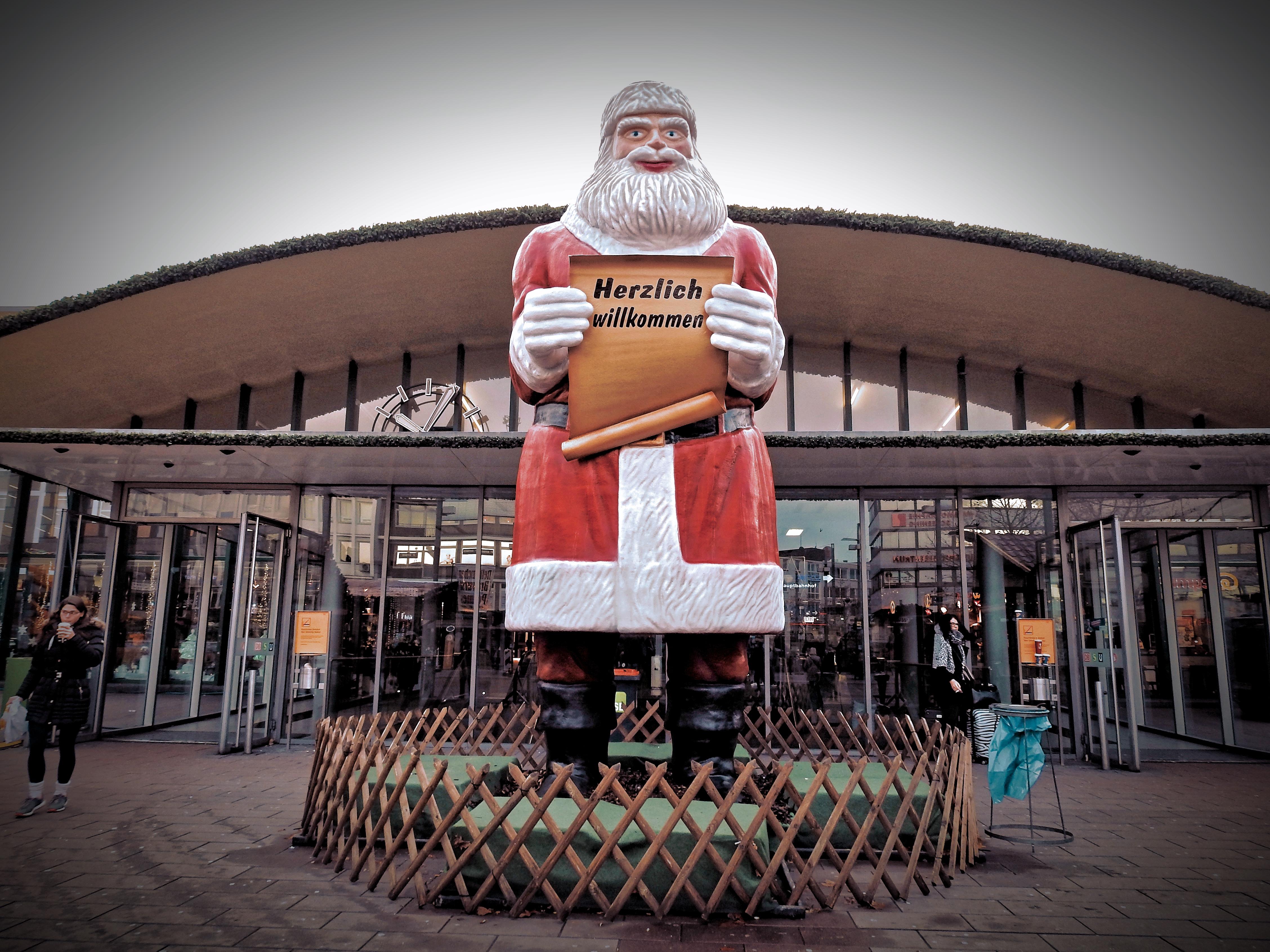 Eingez unter Riesenweihnachtsmann vorm Hauptbahnhof. bochum punkt cool      es gibt nur cool und uncool und wie man